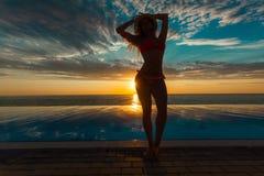 Krasnodar Gegend, Katya Schattenbild der Schönheitstanzenfrau auf Sonnenuntergang nahe dem Pool mit Meerblick lizenzfreie stockfotos