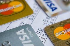 Krasnodar, Rússia - 9 de maio de 2017: Cartão mestre e cartões visa em uma fatura para o pagamento Imagem de Stock Royalty Free