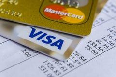 Krasnodar, Rússia - 9 de maio de 2017: Cartão mestre e cartões visa na fatura para o pagamento Imagens de Stock Royalty Free