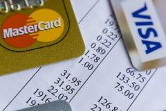 Krasnodar, Rússia - 9 de maio de 2017: Cartão mestre e cartões visa na fatura para o pagamento Imagem de Stock