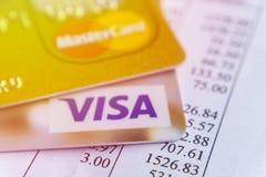 Krasnodar, Rússia - 9 de maio de 2017: Cartão mestre e cartões visa na fatura para o pagamento Fotografia de Stock