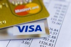 Krasnodar, Rússia - 9 de maio de 2017: Cartão mestre e cartões visa na fatura para o pagamento Imagens de Stock