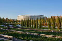 Krasnodar, Rússia - 7 de outubro de 2018: Bancos longos para relaxar nos passeios no parque Krasnodar ou Galitsky no outono SU fotografia de stock royalty free