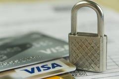 Krasnodar, Rússia - 30 de outubro de 2017: Proteção do visto do crédito e dos cartões mestres contra ataques do hacker imagem de stock royalty free