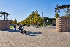 Krasnodar, Rússia - 7 de outubro de 2018: Um homem novo no 'trotinette' bonde em uma aleia no parque Krasnodar ou Galitsky no aut foto de stock royalty free