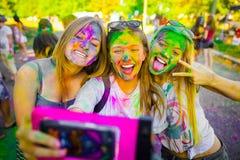 KRASNODAR, REGIÃO DE KRASNODAR, RÚSSIA 04 05 2018:: Um grupo de moças no festival de Holi das cores em Rússia foto de stock