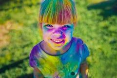 KRASNODAR, REGIÓN DE KRASNODAR, RUSIA 04 05 2018:: Un grupo de chicas jóvenes en el festival de Holi de colores en Rusia foto de archivo libre de regalías