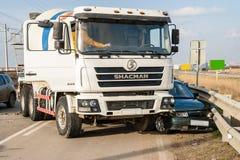 KRASNODAR region ROSJA, MARZEC, - 28, 2018: Ciężarówka i samochód jesteśmy wewnątrz obraz stock