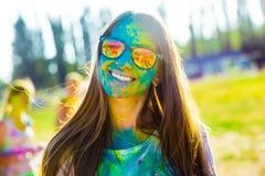 KRASNODAR, KRASNODAR-REGION, RUSSLAND 04 05 2018:: Eine Gruppe junge Mädchen am Holi-Festival von Farben in Russland lizenzfreie stockfotografie