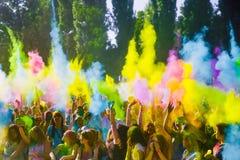 KRASNODAR KRASNODAR-REGION, RYSSLAND 04 05 2018:: En grupp av unga flickor på den Holi festivalen av färger i Ryssland royaltyfria bilder