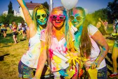 KRASNODAR KRASNODAR-REGION, RYSSLAND 04 05 2018:: En grupp av unga flickor på den Holi festivalen av färger i Ryssland royaltyfri foto