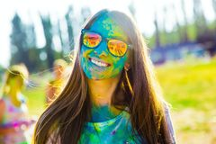 KRASNODAR, REGIONE DI KRASNODAR, RUSSIA 04 05 2018:: Un gruppo di ragazze al festival di Holi dei colori in Russia fotografia stock libera da diritti