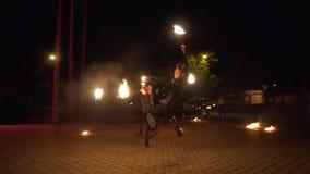 Krasnodar Rosja, Czerwiec, - 2, 2018: fireshow atists skok przy nocą zdjęcie wideo