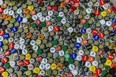 Krasnodar Rosja, Kwiecień, - 29, 2018: Piwnej butelki nakrętki, mieszanka globalni gatunki: Chester ` s, Gletcher, koka-kola, etc Zdjęcie Stock