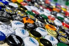 Krasnodar Rosja, Kwiecień, - 29, 2018: Piwnej butelki nakrętki, mieszanka globalni gatunki: Chester ` s, Gletcher, koka-kola, etc Zdjęcia Stock