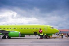 KRASNODAR ROSJA, KWIECIEŃ, - 19, 2017: Samolot s7 przy lotniskiem, przygotowanie dla odjazdu Burz chmury w niebie kosmos kopii Obrazy Royalty Free