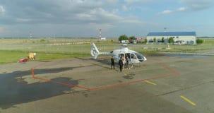Krasnodar, Rosja Lipiec 22, 2018: Strażnicy towarzyszą kobiety intymny helikopter zdjęcie wideo