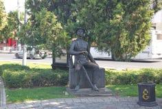KRASNODAR, ROSJA SIERPIEŃ 19, 2016: Rzeźby ` Visitant ` na Krasnaya ulicie w w centrum Krasnodar Zdjęcia Royalty Free