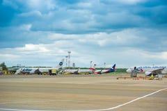 KRASNODAR, RUSIA - 19 DE ABRIL DE 2017: Aviones de diversas líneas aéreas en el aeropuerto Nubes de tormenta en el cielo Copie el Fotografía de archivo libre de regalías