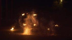 Krasnodar, Rusia - 2 de junio de 2018: fireshow de la cámara lenta con los fuegos artificiales almacen de video