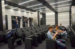 KRASNODAR, RUSIA - 14 de noviembre de 2017: Presione la sala de conferencias adentro Fotografía de archivo