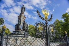 Krasnodar, Rusia - 30 de septiembre: Monumento a Catherine The Great II con el escudo de armas ruso el 24 de septiembre de 2016 Imagenes de archivo