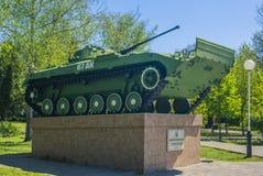 Krasnodar, Rusia, 9 puede 2019 Monumento al tanque ruso en el parque del verano Monumento hist?rico foto de archivo libre de regalías