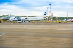 KRASNODAR, RUSLAND - APRIL 19, 2017: Het vliegtuig van Ural Airlines treft voor de vlucht voorbereidingen De ruimte van het exemp royalty-vrije stock foto's