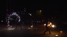 Krasnodar, Rusland - Juni 2, 2018: de dans van 2 mensenkunstenaars met brand, vonken van brand toont stock footage