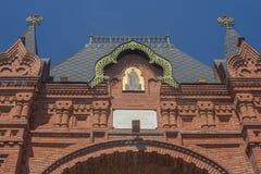 KRASNODAR, RUSLAND - kan 02, 2019: Fragment Triomfantelijke Boog met pictogram St Alexander Nevsky in eerkeizer Alexander III stock afbeelding