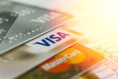 Krasnodar, Rusland - Oktober 30, 2017: Troef en VISUMkaarten op de rekening voor betaling Royalty-vrije Stock Afbeelding