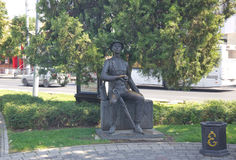 KRASNODAR, RUSSIA 19 AGOSTO 2016: Il ` del Visitant del ` della scultura sulla via di Krasnaya in Krasnodar del centro Fotografie Stock Libere da Diritti