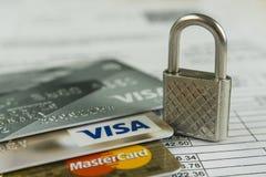 Krasnodar, Russia - 30 ottobre 2017: Protezione del visto di credito e delle carte matrici contro gli attacchi del pirata informa Fotografie Stock Libere da Diritti