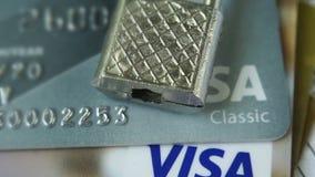 Krasnodar, Russia - 30 ottobre 2017: Protezione del visto di credito e delle carte matrici contro gli attacchi del pirata informa archivi video