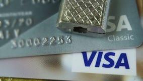 Krasnodar, Russia - 30 ottobre 2017: Protezione del visto di credito e delle carte matrici contro gli attacchi del pirata informa stock footage
