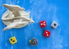 KRASNODAR/RUSSIAN联盟2018年4月17日:打下降桌面比赛,打比赛, dnd的角色,投掷切成小方块,龙 库存照片
