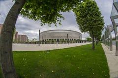 Krasnodar, Russie - 10 mai 2017 : Arbres verts dramatiques de ciel et de parc devant le stade FC Krasnodar le 10 mai 2017 Photographie stock libre de droits