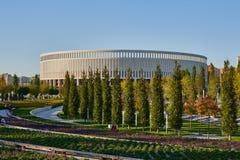 Krasnodar, Russie - 7 octobre 2018 : Longs bancs pour détendre sur les sentiers piétons en parc Krasnodar ou Galitsky pendant l'a photographie stock
