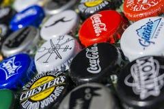 Krasnodar, Russland - 29. April 2018: Bierflaschekappen, eine Mischung von globalen Marken: Chester-` s, Gletcher, Coca-Cola usw. Lizenzfreies Stockbild