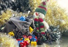 Krasnodar, Russland, am 8. November 2018: Spielen von Kerkern und von Drachen Würfelt und RPG-Charaktere Dekorationen des Weihnac lizenzfreie stockfotografie