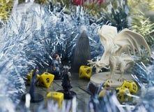 Krasnodar, Russland, am 8. November 2018: Spielen von Kerkern und von Drachen Würfelt und RPG-Charaktere Dekorationen des Weihnac stockfotografie