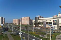 KRASNODAR, RUSSLAND - 3. NOVEMBER 2013: Wohngebiet und Einkaufszentrum Stockfotos