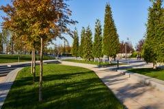 Krasnodar, Russland - 7. Oktober 2018: Gehwege unter dem Grün im Park Krasnodar oder Galitsky stockfoto