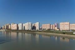 KRASNODAR RYSSLAND - NOVEMBER 03 2013: Byggnader på floden Fotografering för Bildbyråer