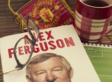 Krasnodar Ryssland, 14 September 2018: Läs- självbiografibok av Alex Ferguson, en fotbolllagledare Exponeringsglas sportstandert royaltyfria bilder