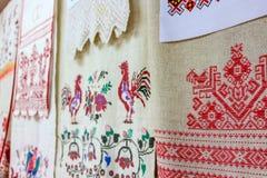 Krasnoe, Россия - май 2016: выставка фольклорной вышивки стоковое фото rf