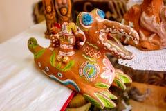 Krasnoe, Russie - mai 2016 : Exposition-vente de céramique photo stock