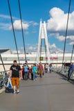 Krasnogorsk,俄罗斯- 7月09 2016年 人们在缆绳被停留的步行桥去 图库摄影