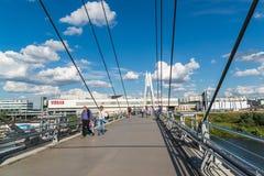 Krasnogorsk,俄罗斯- 7月09 2016年 人们在缆绳被停留的步行桥去 库存图片