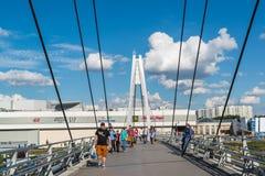 Krasnogorsk,俄罗斯- 7月09 2016年 人们在缆绳被停留的步行桥去 免版税图库摄影